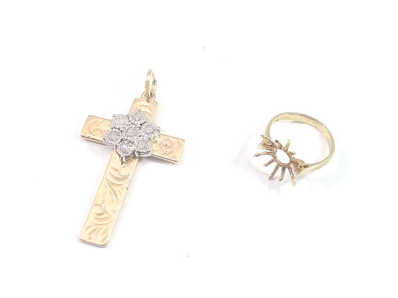 (2.1) 9CT YELLOW AND WHITE  GOLD, DIAMOND CLUSTER CROSS PENDANT